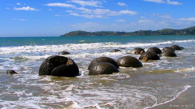 <strong>Khối đá cuội Moeraki, New Zealand: </strong> Nằm rải rác trên bãi biển Koekohe, New Zealand, những khối đá cuội hình cầu Moeraki trông giống như những chiếc mai rùa khổng lồ. Chúng được hình thành qua quá trình trầm tích dưới đáy biển cách đây hơn 60 triệu năm. Theo truyền thuyết của người thổ dân Maori, khối đá cuội này là tàn tích của những giỏ lươn, giỏ bầu trôi dạt vào bờ từ những chiếc tàu chìm.