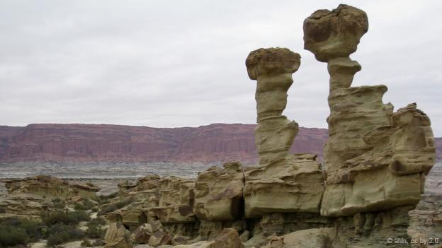 <strong>Thung lũng mặt trăng, Argentina: </strong> Khô hạn, gồ ghề hay cằn cỗi là những đặc điểm bạn liên tưởng khi nói đến vùng đất giống mặt trăng này. Tuy nhiên, đây thực sự là một nghĩa địa hóa thạch của nhiều loài khủng long cổ xưa nhất, cá, động vật lưỡng cư, bò sát và hơn 100 loài thực vật,…được hình thành cách đây 200 – 250 triệu năm.