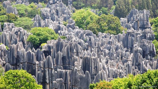 <strong>Rừng đá, Trung Quốc: </strong>Những cột đá vôi nhọn hoát cao hơn 10 m, mọc san sát nhau tạo thành cảnh quan hùng vĩ như một rừng đá. Chúng được hình thành cách đây 270 triệu năm khi nó còn là một vùng biển nông. Đá sa thạch và đá vôi tích tụ lâu năm trong một vùng trũng và bị đẩy trồi lên trong không khí. Sau đó, qua quá trình tác động của nước, gió tạo đã tạo nên những khối đá ngoạn mục này. Ngày nay rừng đá này được UNESCO công nhận là di sản thiên nhiên thế giới.