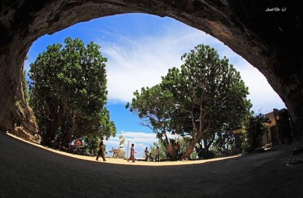 Khung cảnh nhìn từ chùa Hang. Ảnh: Vietanhhp