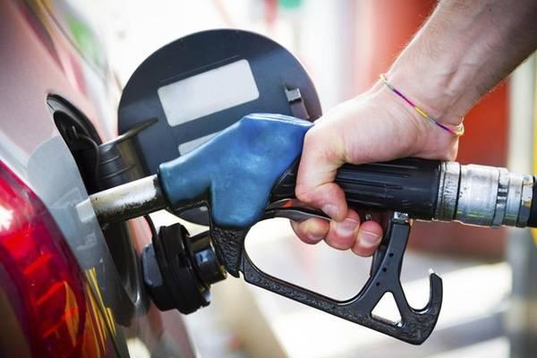 <strong>1. Hết xăng ở Đức: </strong>Bạn dự định lái xe ô tô trên xa lộ? Hãy đổ đầy bình xăng trước khi lên đường. Nếu xe hết xăng giữa đường, bạn đã phạm luật. Ảnh: Molinassanantoniocountrystore.