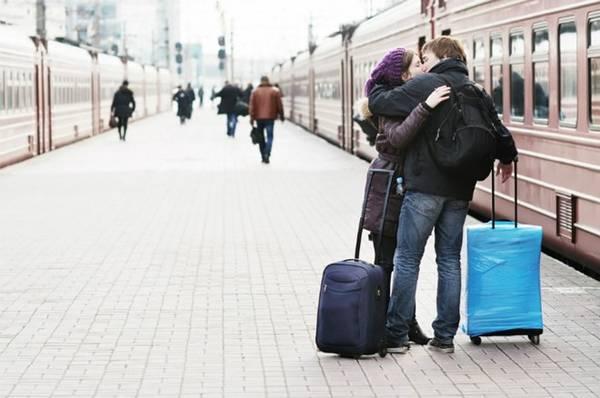 <strong>3. Hôn nhau ở nhà ga Pháp: </strong>Nếu bạn ở đất nước của tháp Eiffel và muốn tặng người yêu một nụ hôn trước khi chàng/nàng bước lên chuyến tàu, về nguyên tắc, một án phạt có thể chờ bạn. Ảnh: Huffingtonpost.