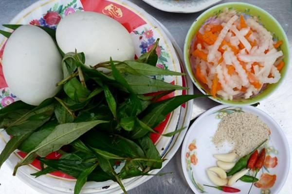 Trứng vịt lộn, cút lộn ở đâu cũng có, nhưng nếu thích ăn vặt, bạn cũng đừng bỏ qua món này khi đến Phan Thiết. Món khác đôi chút là ngoài rau răm, trứng còn được ăn cùng đồ chua, tỏi, muối tiêu, ớt, với giá 6.000-7.000 một quả trứng. Bạn có thể thưởng thức món ăn này ở các hàng quán dọc lề đường ở Phan Thiết vào mỗi buổi chiều tối.