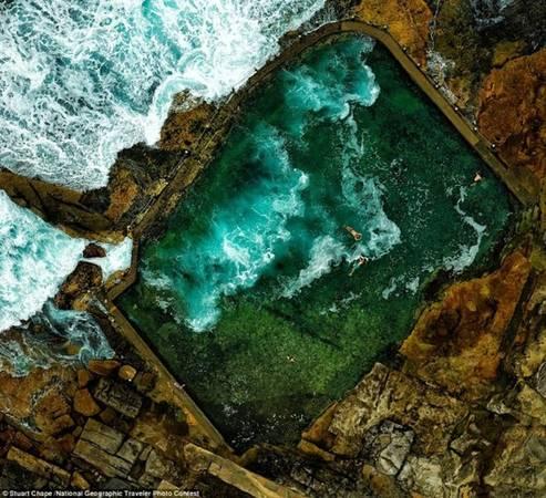 Trẻ em tắm trong khu vực hồ đá gần bờ biển Sydney (Australia). Ảnh: Stuart Chape/National Geographic.