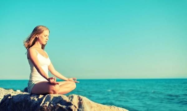 Hít sâu, thở đều giúp bạn tĩnh tâm, tích lũy năng lượng. Ảnh: Shutterstock.