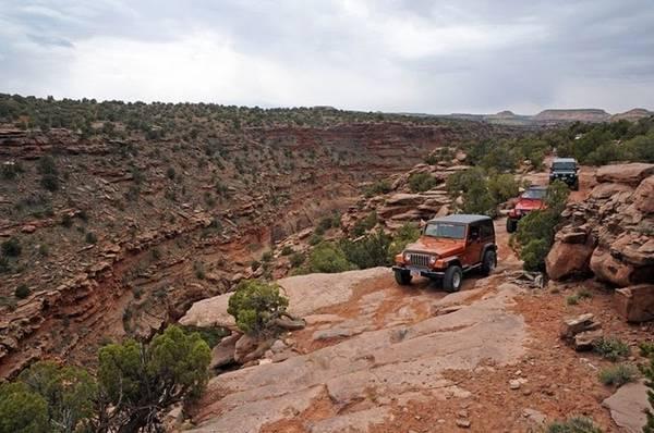 Nằm trên cao nguyên Colorado ở Utah, phía Tây nước Mỹ, giữa những vách đá đỏ của công viên quốc gia Arches và vùng sa thạch tuyệt đẹp của công viên quốc gia Canyonlands là thị trấn Moab, nơi yêu thích của nhiều du khách ưa mạo hiểm.