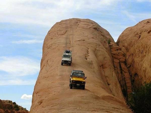 Vùng sa mạc gồ ghề với hàng trăm đường đua địa hình là nơi nhiều người đến tìm cảm giác mạnh.