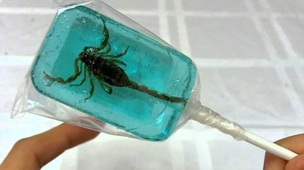 <strong>Bò cạp: </strong>Loại côn trùng nguy hiểm này là đặc sản được nhiều nước trên thế giới ưa chuộng. Bò cạp được rán giòn, ngâm rượu hoặc thậm chí làm kẹo mút.