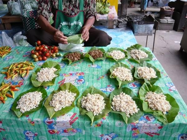 <strong>Trứng kiến: </strong>Tại các quốc gia Đông Nam Á, người dân thu thập trứng kiến và nấu chín trước khi cho vào salad và các món khác. Trứng kiến có vị ngậy và cung cấp khá nhiều dưỡng chất.