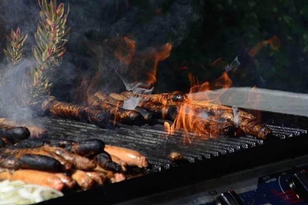 <strong>10. Văn hóa thịt nướng: </strong>Tổ chức tiệc thịt nướng là một trong những sở thích lúc rảnh rỗi được người Australia yêu mến. Đây không chỉ là dịp để thưởng thức món ăn ngon tuyệt này mà còn là lúc để gia đình, bạn bè tụ họp.
