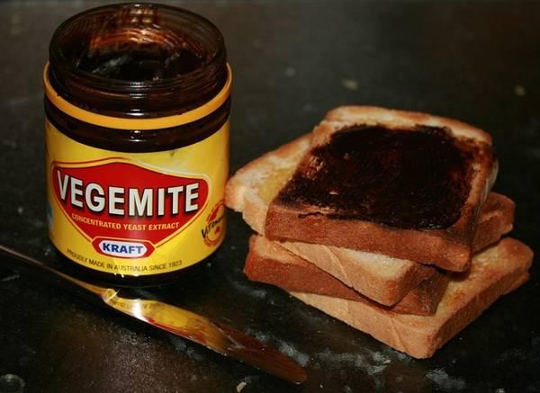 <strong>3. Vegemite: </strong>Loại sốt có màu như chocolate này rất phổ biến, được làm từ men bia thừa với nhiều loại rau và gia vị. Vegemite được phết lên bánh mì hoặc bánh quy giòn hay làm nhân bánh cuộn. Tuy nhiên, loại sốt này có vị rất đậm và mạnh, những người ăn thử lần đầu hoặc sẽ phải nhè ra, hoặc sẽ mê mệt.