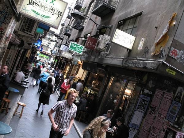 <strong>7. Cửa hàng đóng sớm: </strong>Phần lớn các cửa hàng ở Australia đóng cửa lúc khoảng 17-18h do người dân nơi đây không cuồng mua sắm cho lắm. Buổi tối, chủ yếu mọi người sẽ tới các quán rượu, hộp đêm, đi cắm trại, ở nhà hoặc tham gia các hoạt động khác. Tuy nhiên, vào thứ 5 hàng tuần các cửa hàng sẽ mở muộn và vẫn có các chợ đêm thú vị dành cho du khách.