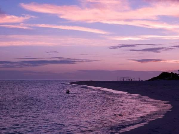 <strong>Bãi biển Yonaha Maehama, đảo Miyako: </strong>Nằm ở góc Tây Nam của đảo, bãi biển cát trắng này kéo dài hơn 6 km. Với làn nước trong vắt và nông, đây là địa điểm nổi tiếng cho du khách bơi lội và chơi các môn thể thao trên biển. Vào mùa thấp điểm, Yonaha Maehama đem lại cảm giác thư thái, bình yên như một bãi biển tư nhân.