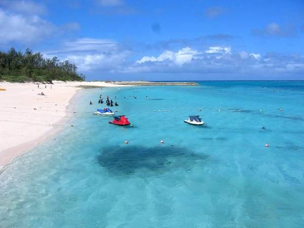 <strong>Minna, đảo Minna-jima: </strong>Nằm trên hòn đảo có hình trăng khuyết, bãi biển Mina là địa điểm yêu thích của những người thích bơi lặn. Với nhà vệ sinh, vòi sen công cộng, các quầy đồ ăn, dịch vụ cho thuê môtô nước và các khu nhảy dây thừng khiến Minna được nhiều gia đình lựa chọn.