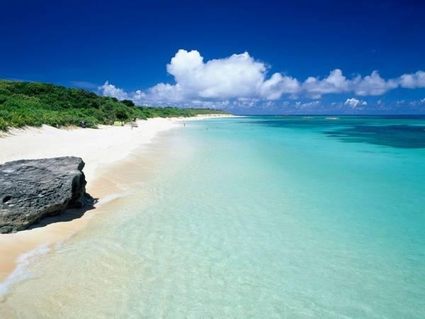 <strong>Nishihama, đảo Hateruma: </strong>Đảo Hateruma có một tượng đài bằng đá xác nhận điểm cực Nam của Nhật - địa điểm chụp ảnh yêu thích của các du khách. Ngoài ra, hòn đảo còn có bãi biển Nishihama với bờ cát dài trắng muốt với làn nước trong vắt thích hợp cho lặn biển. Do trên đảo có rất ít đèn giao thông và đèn đường, nơi đây là một trong số ít những địa điểm ở Nhật mà bạn có thể nhìn thấy chòm Thập Tự Phương Nam.