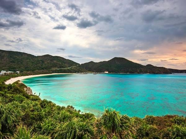 <strong>Aharen, đảo Tokashiki: </strong>Đảo Tokashiki có khí hậu tuyệt vời không khác gì Bahamas. Nằm giữa vùng biển trù phú, Tokashiki cũng là nơi du khách có cơ hội được quan sát rùa biển hay cá voi lưng gù di cư tới đây vào mùa đông. Bãi biển Aharen là nơi lý tưởng để bơi lội và lặn biển. Hãy thả mình vào làn nước trong xanh và ngắm nhìn những chú cá rực rỡ sắc màu.
