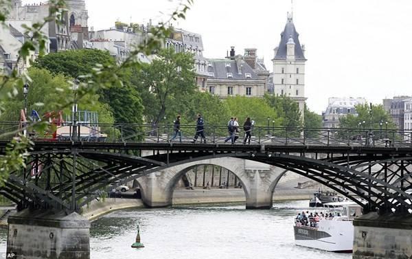 Paris-pha-do-hang-tram-nghin-bieu-tuong-tinh-yeu-ivivu-13