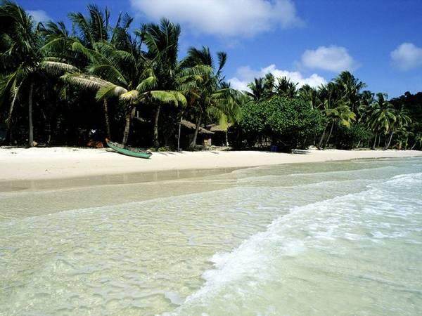<strong>8. Bãi Sao, Phú Quốc, Việt Nam: </strong>Đảo Phú Quốc nổi tiếng những bãi biển nguyên sơ. Độc giả CN Traveler chọn bãi Sao ở phía Đông hòn đảo do có bãi cát trắng mịn như bột cùng cây cối tươi tốt. Bãi Sao cũng khá biệt lập so với các khu vực khác trên đảo, du khách muốn đến đó phải gọi taxi hoặc nhờ sự giúp đỡ của người dân địa phương. Bãi Sao cũng có rất ít cơ sở vật chất, vô cùng lý tưởng để thư giãn. Khách sạn La Veranda gồm 43 phòng được du khách CN Traveler gợi ý với những căn phòng trần cao, nhiều ánh sáng và đồ đạc theo phong cách địa phương.