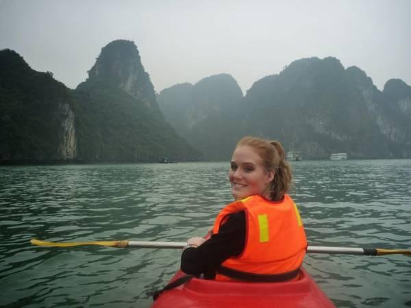 Nếu đi du lịch Hạ Long mà du khách không trải nghiệm qua các hành trình khám phá Vịnh bằng thuyền Kayak thì thật là điều hối tiếc. Ảnh: thegingerjetsetter