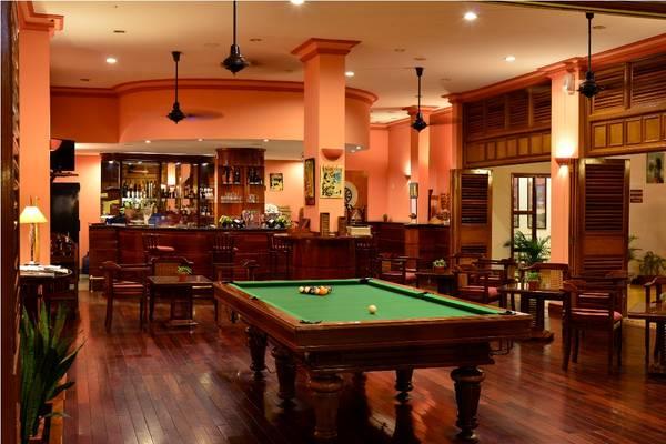 Bàn chơi bi da tại Cửu Long Bar. Ảnh: victoriahotels.asia