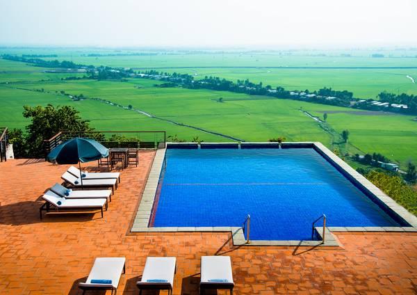 Hồ bơi ngoài trời nhìn ra cánh đồng lúa mướt tầm mắt. Ảnh: Victoria Núi Sam