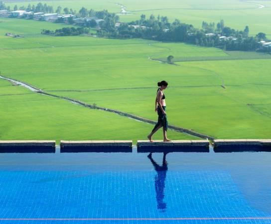 Tầm nhìn tuyệt đẹp từ hồ bơi.  Ảnh: victoriahotels.asia