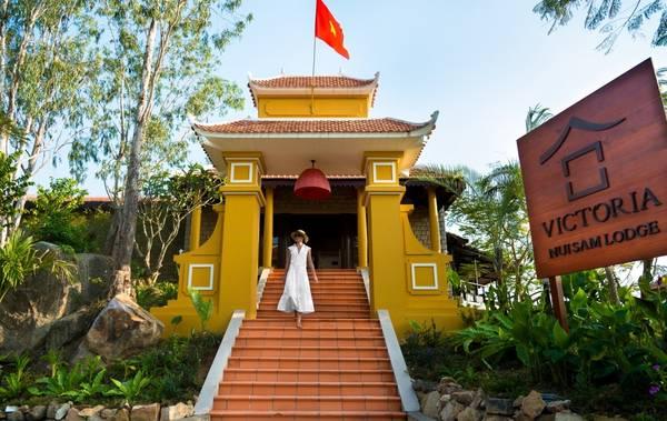 Cổng chào với kiến trúc độc đáo tại Victoria Núi Sam Lodge. Ảnh: victoriahotels.asia
