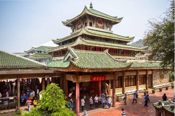 Khu nghỉ dưỡng nằm gần ngay với Miếu Bà Chúa Xứ Châu Đốc. Ảnh: victoriahotels.asia