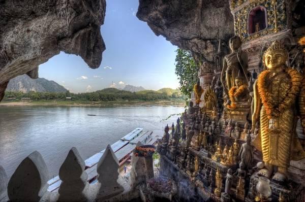 Hang Pak Ou còn được gọi là hang Phật vì bên trong chứa hơn 4.000 tượng Phật lớn nhỏ, rất kỳ vĩ. Ảnh: thewonderingbrain.com