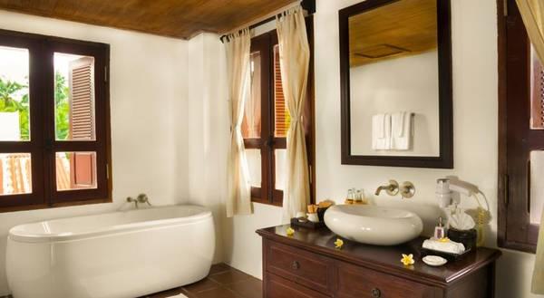 Phòng tắm lớn trong phòng bao gồm bồn tắm và vòi sen sẽ đem đến sự tiện lợi và thoải mái cho du khách.