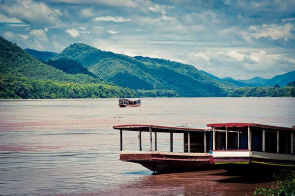 Dạo chơi trên một chuyến du thuyền là cách lý tưởng để trải qua buổi chiều tại XiengThong. Ảnh: pumpkinhour.com
