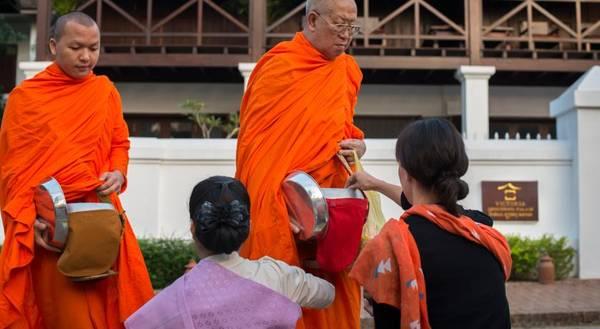 Khất thực là nghi lễ truyền thống diễn ra vào 6h sáng ở Luang Prabang.