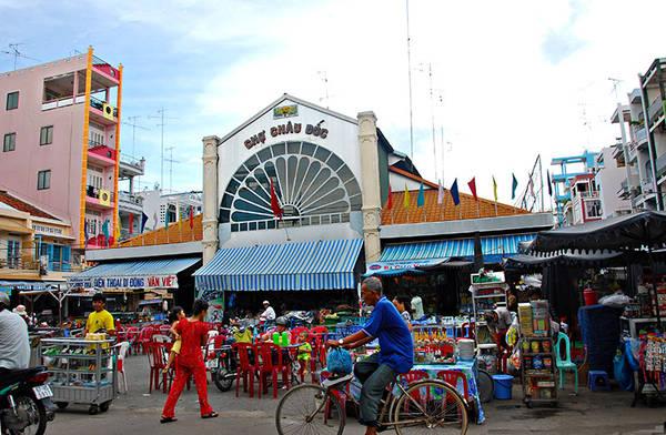 Chợ Châu Đốc là nơi du khách có thể mua món cà na đập thơm ngon. Ảnh: viet-circle.com