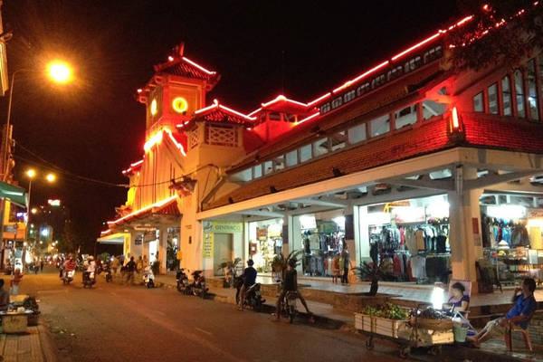 Một góc chợ đêm Tây Đô. Ảnh: vietnamtourism.com