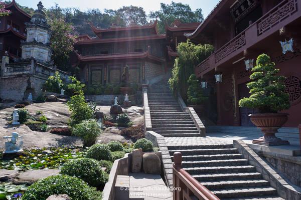 Chùa Hang là một thắng cảnh nằm trên triền núi Sam. Ảnh: dulichchaudoc.org