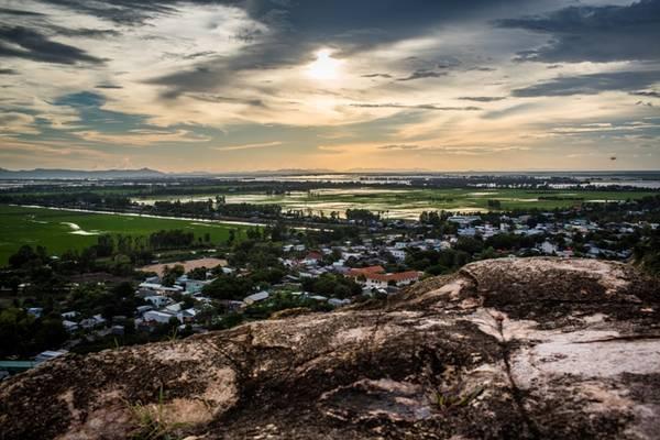 Núi Sam - một danh thắng tuyệt đẹp của An Giang.  Ảnh: buffalotours.com