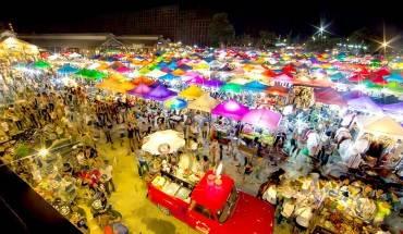Không gian tràn ngập sắc màu tại chợ Rot Fai. Ảnh: Bangkok.com