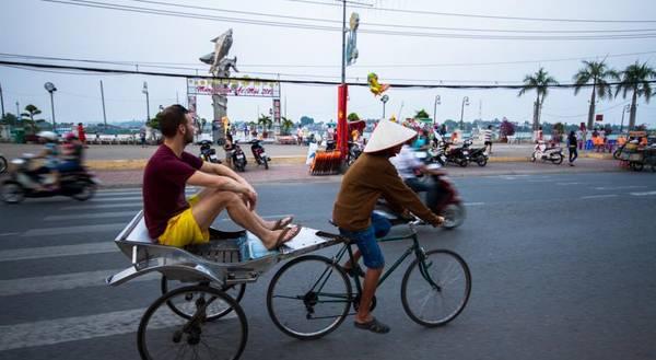 Xe đạp lôi- một phương tiện du lịch độc đáo ở Châu Đốc. Ảnh: buffalotours.com