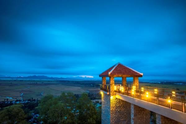 Không gian lãng mạn khi hoàng hôn buông xuống trên núi Sam nhìn từ Victoria Núi Sam Lodge. Ảnh: victoriahotels.asia