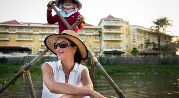 Ngồi thuyền khám phá vùng sông nước Châu Đốc. Ảnh: victoriahotels.asia
