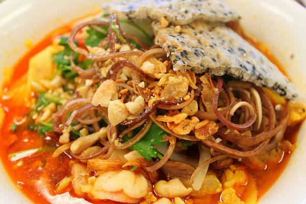 Đến Hội An, bạn có thể thưởng thức mì Quảng ở khắp nơi, từ các quán ăn sang trọng đến các gánh hàng rong. Ảnh: danangplus.net