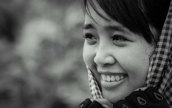 Đôi mắt hồn tôi. Cậu bạn chụp tấm ảnh này là một người quê miền Tây Nam Bộ, khác hẳn với cô gái trong hình lại có gốc ở miền Bắc Trung Bộ. Có lẽ vì từ hai nơi khác nhau mà Tuấn - tác giả bức ảnh lại có thể nhìn thấy được nét hồn hậu trong đôi mắt buồn vời vợi của Trang. Đâu cần phải là người mẫu hay hoa hậu, đâu cần phải là diễn viên hay ca sĩ nổi tiếng, em chỉ cần nở một nụ cười thật lòng nhất là mọi thứ xung quanh dường như tan biến hết thảy. Em, cũng như biết bao người con gái trẻ Việt Nam: tinh khôi và đầy nhiệt huyết. Ảnh: team BTB