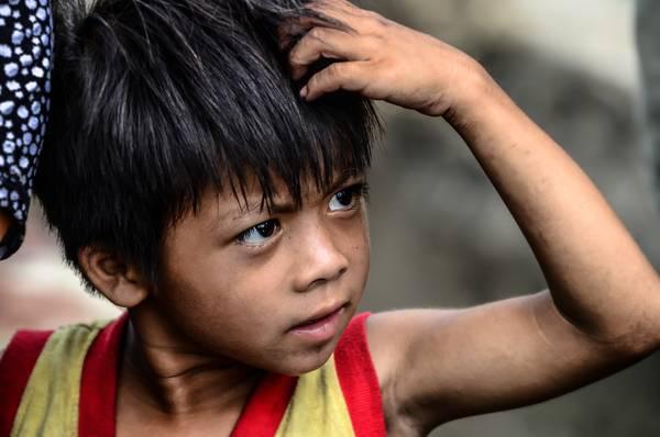 Cậu con trai lớn trong một gia đình nghèo ở Hưng Yên. Em chỉ khoảng 4, 5 tuổi nhưng gần như là niềm hi vọng duy nhất của gia đình khi ba và mẹ đều mang bệnh trong người. Ánh mắt nghị lực của em như một lời nhắc nhở người xem một bài học về đức tính không ngừng vươn lên trong cuộc sống.