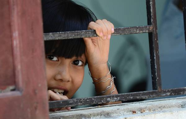Cô bé trong trung tâm bảo trợ trẻ em Hoa Sen tại Huế. Trong một lần có dịp từ thiện ở đây, tác giả đã ghi lại nhiều hình ảnh sống động về những bé gái miền Trung bị mồ côi cha mẹ. Thiệt thòi là vậy, nhưng ánh mắt của các bé vẫn ánh lên niềm hi vọng về một cuộc sống tốt đẹp hơn.