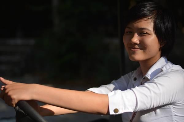 Cô gái lái xe điện trong khu du lịch động Thiên Đường. Nụ cười Quảng Bình giúp du khách quên hết mệt mỏi giữa trời nắng nóng như thiêu đốt.