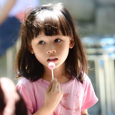 Vẻ đẹp như thiên thần của em khi cầm trên tay chiếc kẹo mà anh chị trong đoàn từ thiện phát cho.