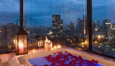 Tầm nhìn từ phòng tắm của phòng Premiere Suite. Phòng Deluxe Suite. Ảnh: lumpini.aetashotels.com