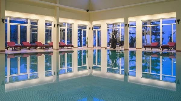 Hồ bơi nước nóng bên trong resort