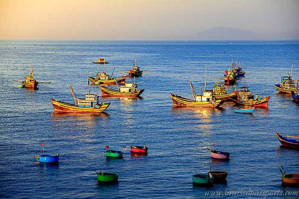Những chiếc thuyền neo đậu để chuẩn bị cho chuyến biển tiếp theo.