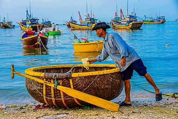 Sau khi bán xong các loại hải sản thì ngư dân lại tất bật chuẩn bị cho chuyến biển hôm sau.